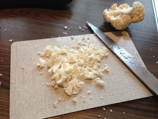300 Gramm Blumenkohl in kleine Brösel schnippeln (alternativ raspeln)