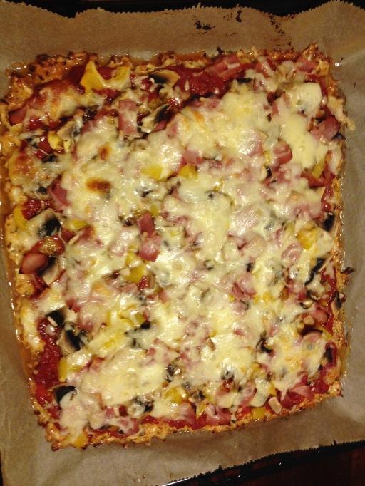 Tomatensauce und Belag auf den leicht gebräunten Pizzaboden geben, mit geriebenem Käse und/oder Mozzarella bestreuen, noch einmal 20 Minuten backen - fertig!