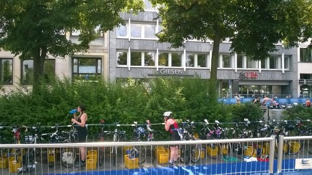 In der Wechselzone vom Radfahren zum Laufen beim Hamburger Triathlon 2015