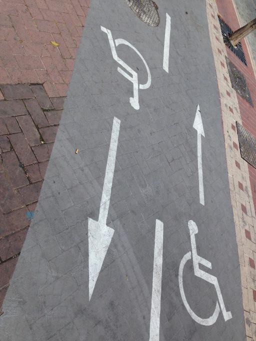 Rolli-Rennstrecke statt Radweg!