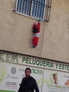 Ein vergessener Weihnachtsmann lässt die Hosen runter...