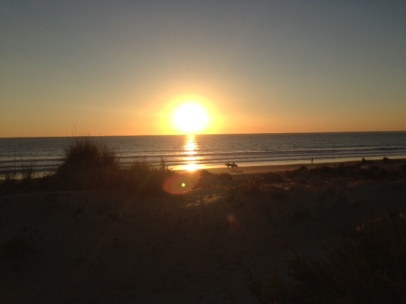 … zum Sonnenuntergang, zu dem oft wie auf Bestellung zwei Reiter auftauchen, die durch die untergehende Sonne galoppieren.