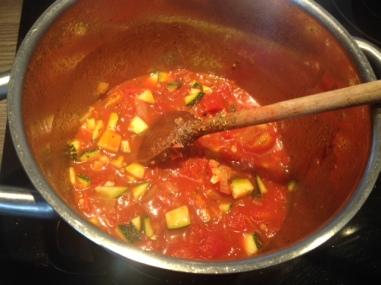 Tomatensauce auf dem Herd vorbereiten