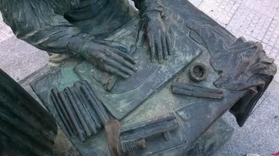 Wer erinnert sich an die leckeren Hypohelfer von gestern? Die Dame dieser Statue formt die Fruchtröllchen gerade, haben wir uns zurammengereimt