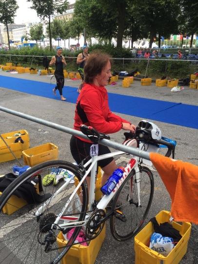 Ach ja, Helm aufsetzen und das Fahrrad aus der Halterung heben! – Danke übrigens an Finn Köster für diese lustige Bilderserie! :-)