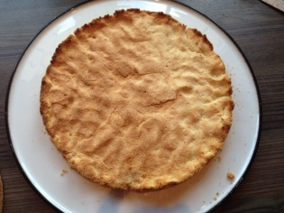 Tortenboden aus der Form lösen und auf eine Kuchenplatte stürzen