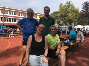 Unsere vollständige Staffel nach dem Marathon,im Biergarten am Paulinum