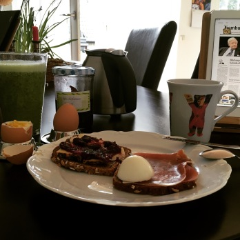 Endlich wieder Frühstück am eigenen Esstisch mit Blick ins Grüne…