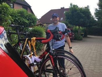 Die Fahrräder sind verstaut, Christoph ist startklar für den Trip zum Bus