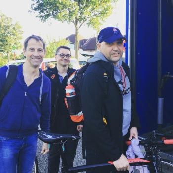 Tobias, Arnd und Christoph (v. l. n. r.) beim Verladen der Rennräder in den Anhänger