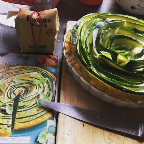 So sah die Zuchini-Tarte bei mir aus, bevor sie in den Ofen ging… nicht ganz so hübsch wie auf den Bildern