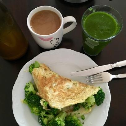 Frühstück mit Brokkoli-Omelette und Smoothie, 662 kcal