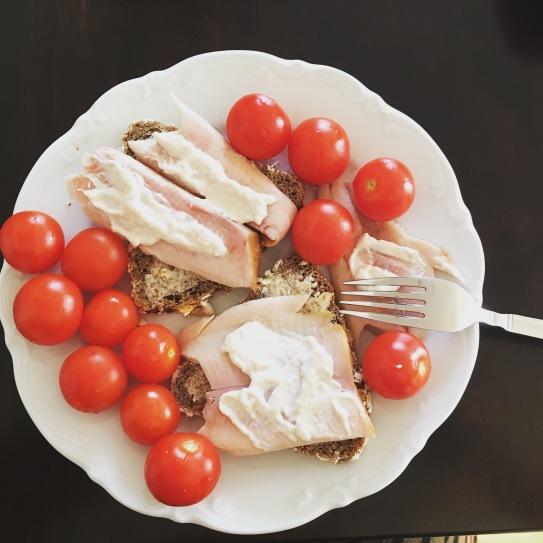 Schnelles Mittagessen aus Mehrkornbrot mit Forellenfilets und Sahnemeerrettich, dazu Cocktailtomaten, 400 kcal